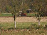 Naziv slike:traktor ore zemlju